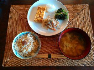 お味噌汁と漬け物、主菜、副菜の昔ながらのスタイル