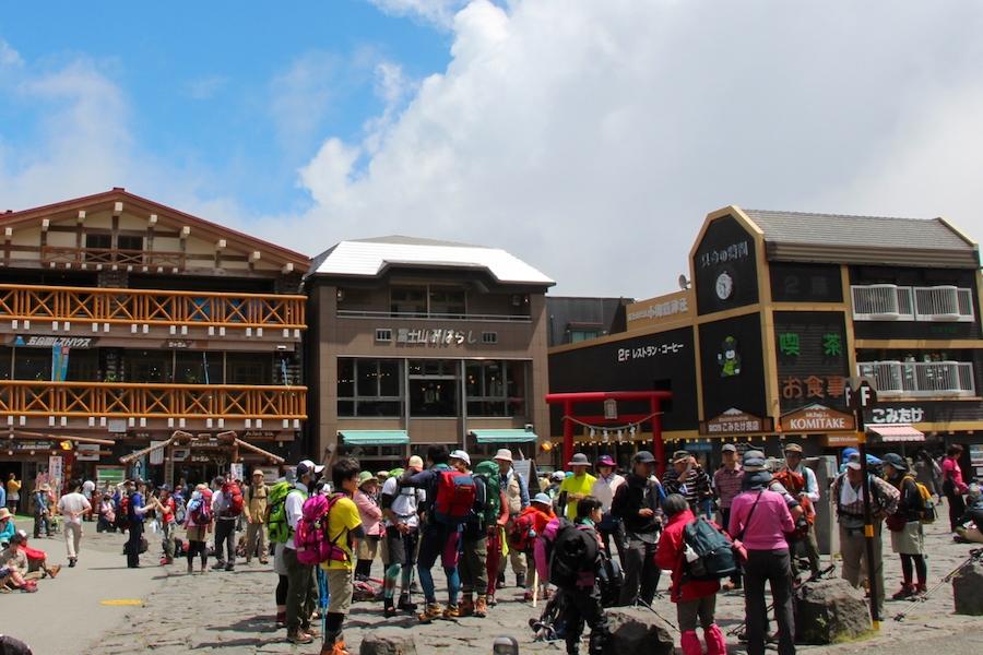 富士山の五合目は登山客で溢れかえっています